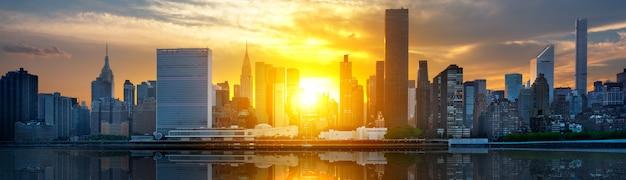 New york city skyline met stedelijke wolkenkrabbers bij zonsondergang, verenigde staten.