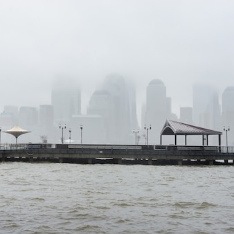 New york city skyline op een regenachtige dag