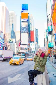 New york city-vrouw als times square-toerist of jonge gelukkige vrouw die op manhattan bezoeken