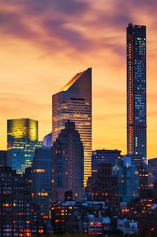 New york skycraper bij zonsondergang, usa.