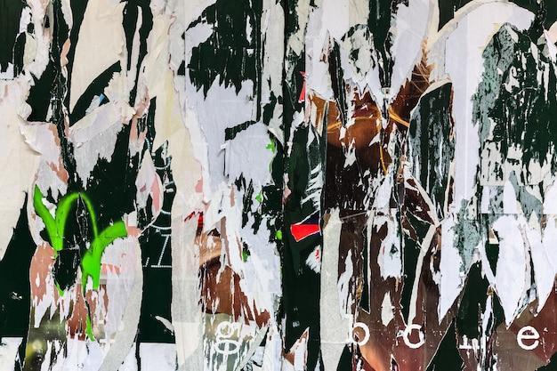 New york, verenigde staten - 3 mei 2016: gevouwen verfrommeld papier oppervlaktetextuur achtergrond in de straten van new york city. oude posters grunge texturen en achtergronden