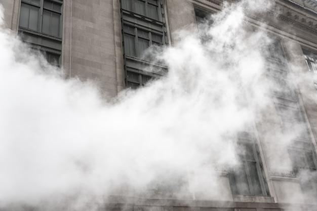 New york, verenigde staten - 3 mei 2016: manhattan straatbeeld. wolk van damp uit de metro in de straten van manhattan in nyc. typisch uitzicht op manhattan