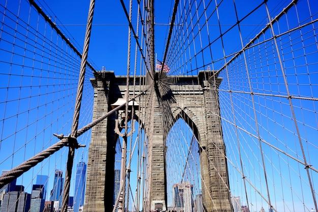 New york, verenigde staten. sluit omhoog van de brug van brownstone brooklyn. manhattan skyline uitzicht vanaf de brug.