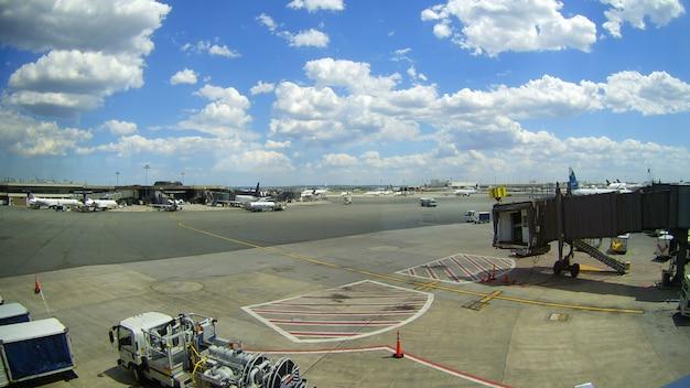 Newark, nj - juni 07: terminal a van de internationale luchthaven van newark liberty in new jersey aan vliegtuigen van continentaal en jetblue