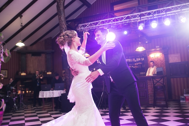 Newlyweds dansen op hun bruiloft