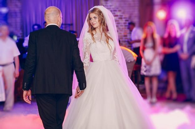 Newlyweds uit te gaan dansen