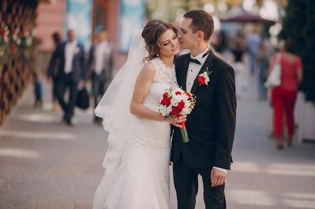 Newlyweds wandelen met onscherpe achtergrond