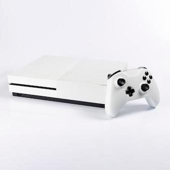 Next gen video game controller en console geïsoleerd op een witte achtergrond.