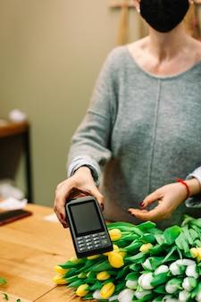 Nfc contactloos betalen met creditcard en betaalautomaat