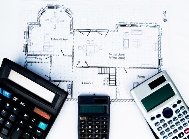 Ngineering plan met ingenieurshulpmiddelen en kleine rekenmachine boekhoudkundige rekenmachine wetenschappelijke rekenmachine - collectie techniek thema fotos