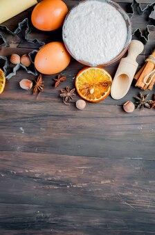 Ngrediënten voor het bakken op de oude houten tafel