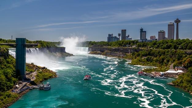 Niagara falls niagara rivier observatietoren dek met toeristische watervallen cruise boten stad