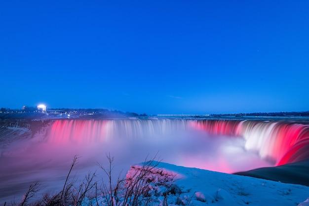 Niagara-waterval 's nachts met prachtige kleuren