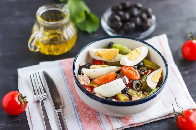 Nicoise salade met tonijn, groene bonen, basilicum en verse groenten