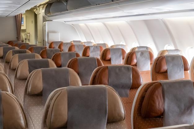 Niemand bruine rij die zetel in vliegtuig doet leunen