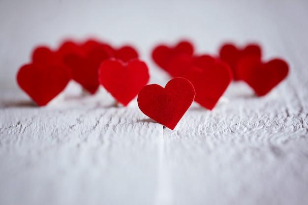 Niemand rode harten op de houten achtergrond. valentijnsdag. conc