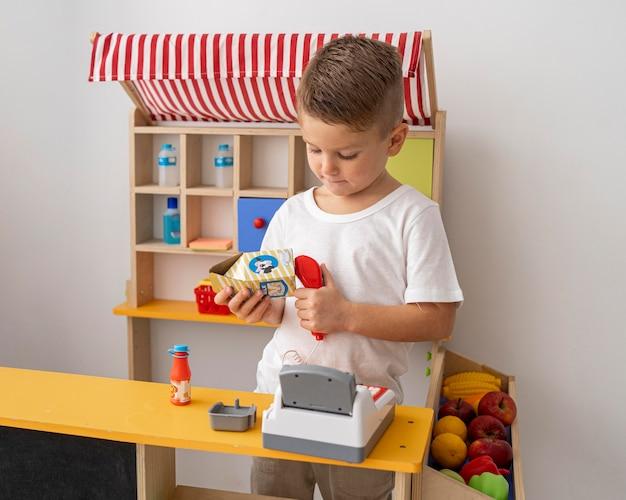 Niet-binair kind dat binnenshuis speelt