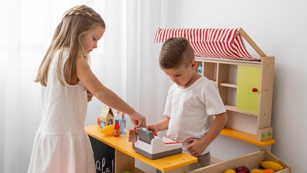 Niet-binaire kinderen die binnenshuis spelen