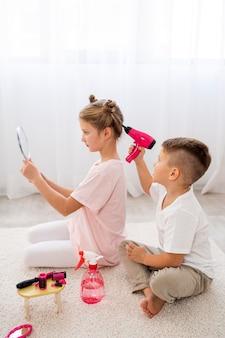 Niet-binaire kinderen die een schoonheidssalon-spel spelen