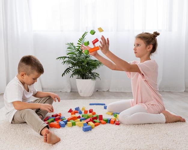 Niet-binaire kinderen die samen met een educatief spel spelen