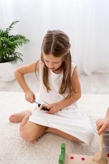 Niet-binaire kinderen die spelen met kleurrijk spel