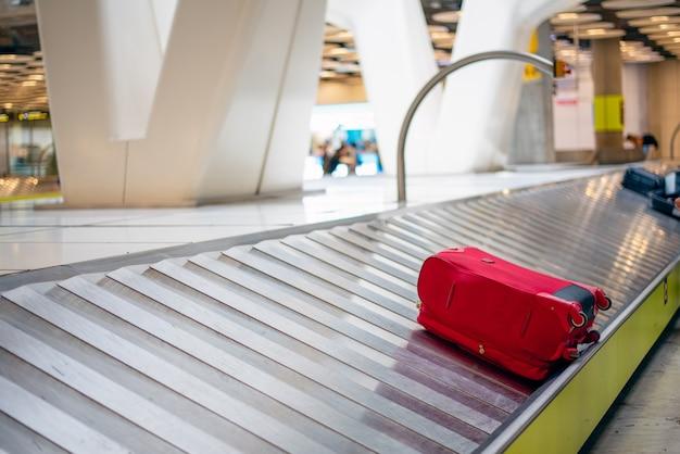 Niet-geclaimde bagage op een transportband op een luchthaven