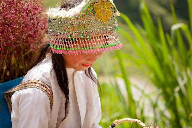 Niet-geïdentificeerde etnische minderheidsjonge geitjes met manden van raapzaadbloem in hagiang, vietnam. hagiang is een noordelijkste provincie in vietnam