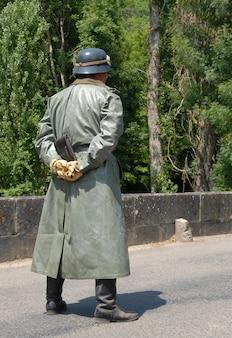 Niet-geïdentificeerde re-enacteur verkleed als duitse soldaten van de tweede wereldoorlog