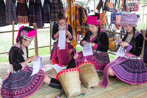 Niet-geïdentificeerde traditionele van thaise weman (mhong-meisjes) naaiende doek in bangkok, thailand
