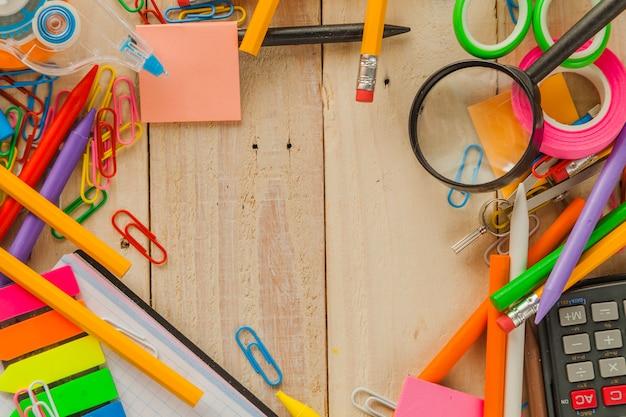 Niet-georganiseerde schoolmaterialen op bureaublad