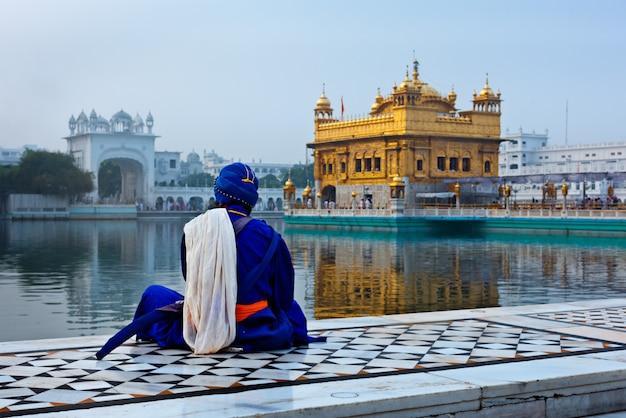 Niet-identificeerbare seekh nihang-krijger die mediteert bij de sikh-tempel ha