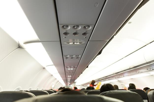 Niet roken en fasten seat belts teken op vliegtuig