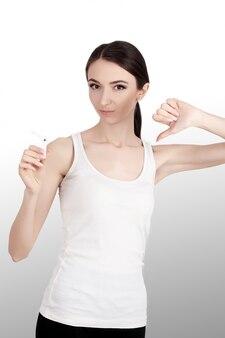 Niet roken portret van een jonge vrouw met sigaretten in haar armen. vernederende sagayad.