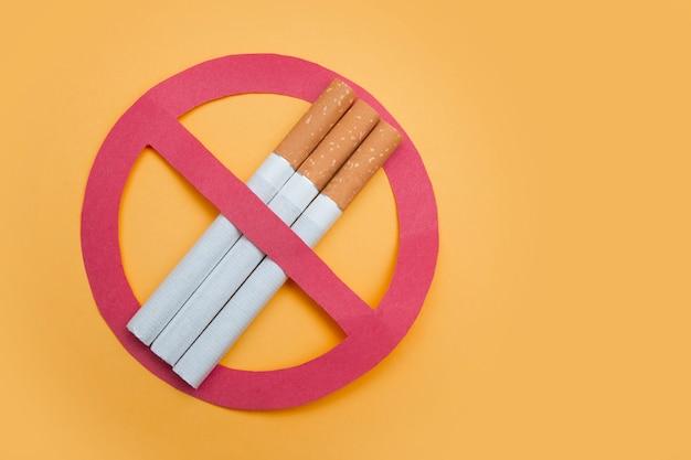 Niet roken teken op gele achtergrond. ruimte voor tekst kopiëren
