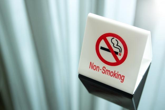 Niet roken teken op tafel in de slaapkamer