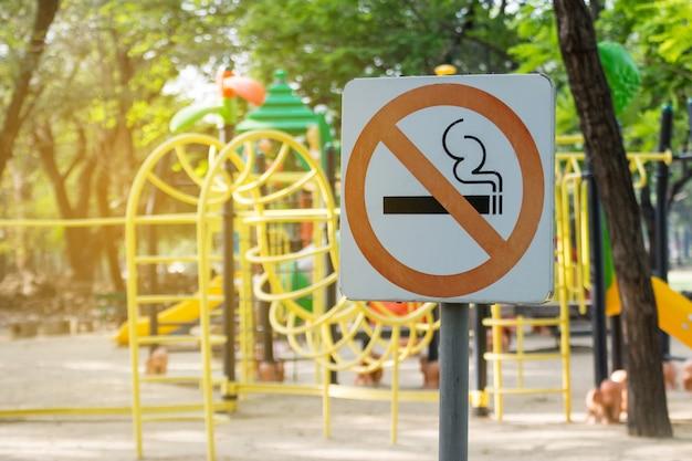 Niet-rokend metaalteken in het park.