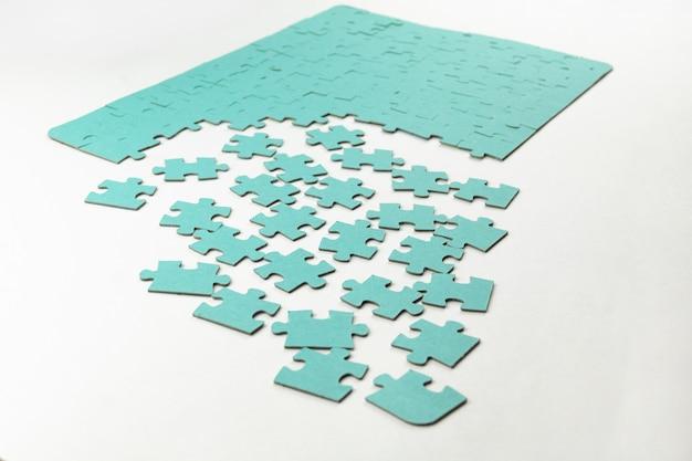 Niet volledig geassembleerde puzzel in blauw op een lichte achtergrond