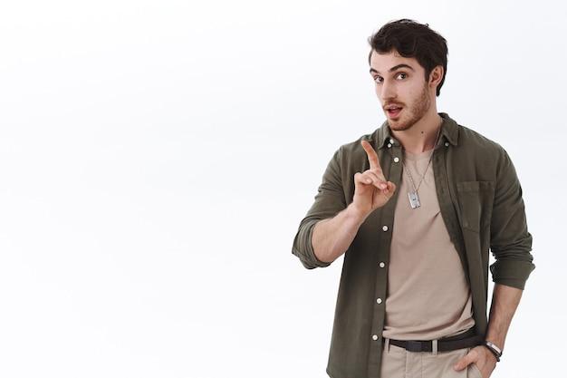 Niet zo snel. aantrekkelijke hipster man met baard, afkeurende vinger schudden, persoon uitschelden voor het maken van verkeerde keuze