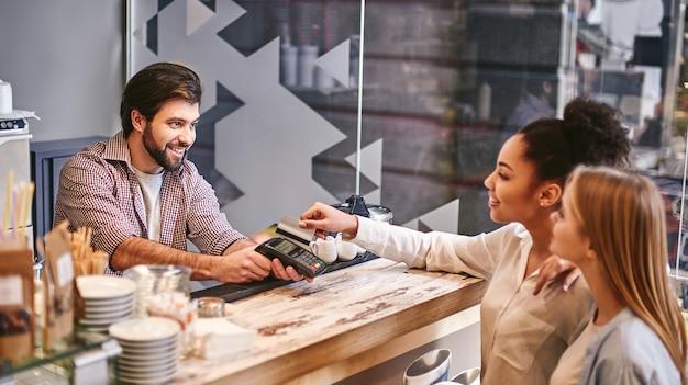 Niets doen voor anderen is het ongedaan maken van onszelf, betalingsmensen en service voor kleine bedrijven