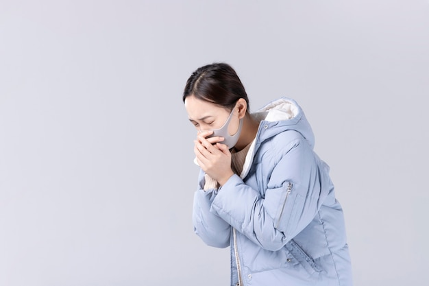 Nieuw coronavirusconcept. aziatische vrouw heeft een opgezette neus of loopneus en heeft koorts.
