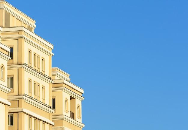 Nieuw flatgebouw appartement gebouw op blauwe hemelachtergrond sky