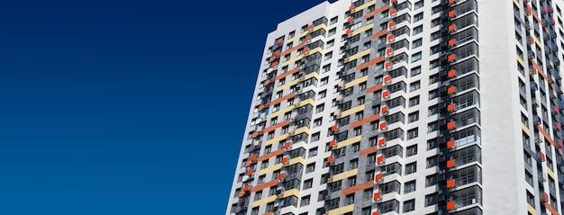 Nieuw flatgebouw dat op blauwe hemelachtergrond voortbouwt. nieuw gebouwde moderne appartementen. ruimte kopiëren