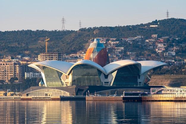 Nieuw gebouwde moderne gebouwen aan de kust. baku boulevard kaspische zee.