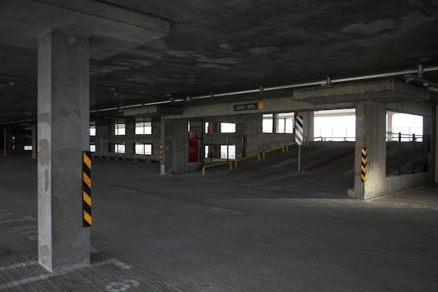Nieuw gebouwde stadsgarage met meerdere niveaus. parkeren zonder auto's.