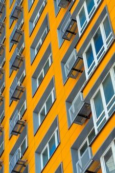 Nieuw geel high-rise woningbouw met meerdere verdiepingen