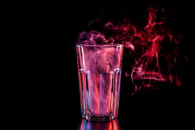 Nieuw glas met zachte veelkleurige paarse rook