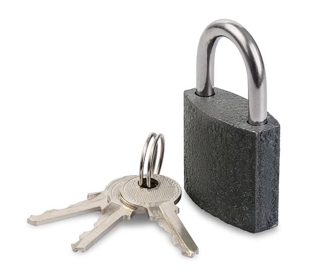Nieuw hangslot met sleutels die op wit worden geïsoleerd