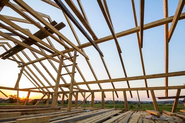 Nieuw houten huis in aanbouw.