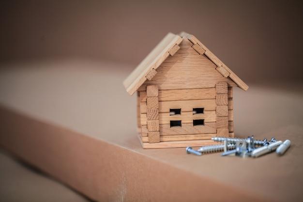 Nieuw huis bouwen. sluit omhoog van huisblauwdruk met de bouw van hulpmiddelen