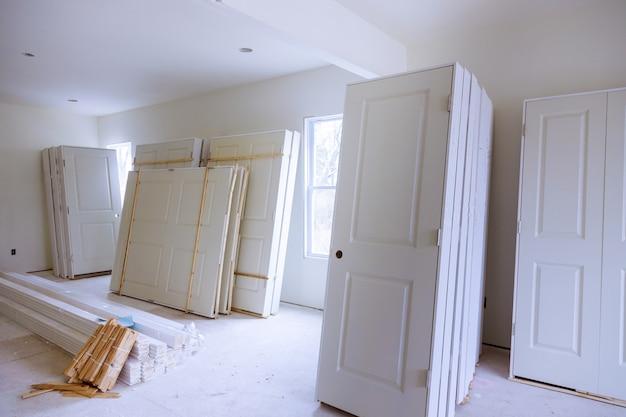 Nieuw huis installeren van materiaal voor reparaties in een appartement is in aanbouw, verbouwing, verbouwing en renovatie deur